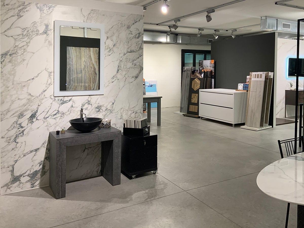Box in marmo con lavabo in appoggio